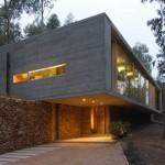 บ้านโมเดิร์นท่ามกลางเชิงเขา วัสดุโครงสร้างและตกแต่งด้วยปูนเปลือย รองรับการพักผ่อนแบบบ้านตากอากาศ