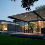 บ้านชั้นเดี่ยวสไตล์โมเดิร์น ออกแบบให้มีความโปร่ง โล่ง ตกแต่งด้วยไม้และกระจก