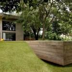 บ้านสองชั้นสไตล์โมเดิร์น ออกแบบด้วยปูนเปลือย มาพร้อมสวนสวย และสระว่ายน้ำขนาดเล็ก