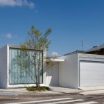 บ้านโมเดิร์นโทนสีขาว ดีไซน์รูปทรงกล่อง สวยงามในรูปทรงและมิติของบ้าน ภายในตกแต่งแบบมินิมอล