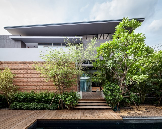 Modern large house Decorated with green space (14)