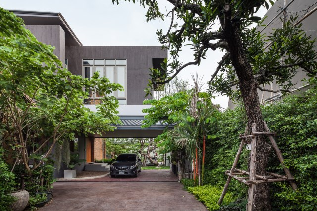 Modern large house Decorated with green space (16)