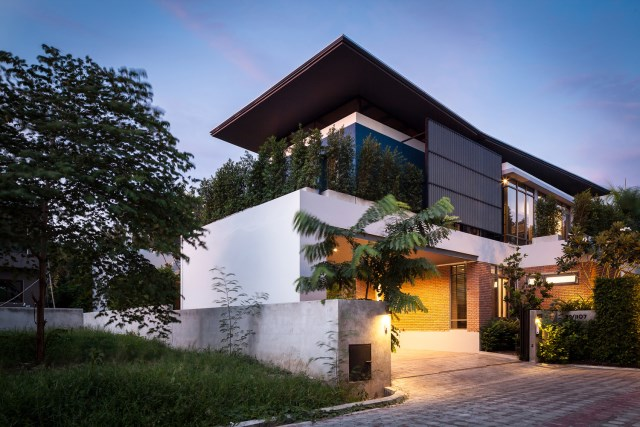 Modern large house Decorated with green space (2)