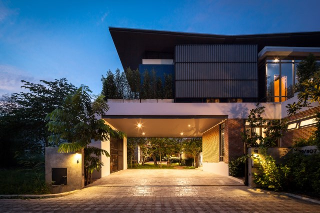 Modern large house Decorated with green space (3)