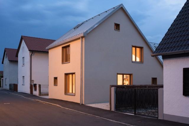Two-storey house minimalist style (11)