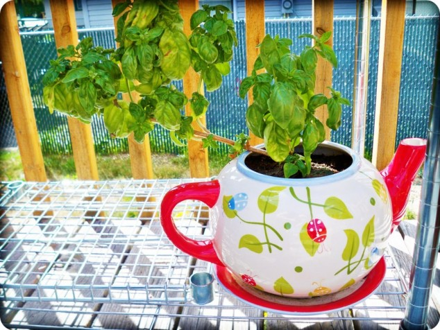 cleaver ideas Old Kitchenware Into Planters (1)