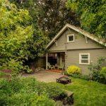 บ้านสวนสไตล์บังกะโล ออกแบบโทนสีเขียวพาสเทล กับบรรยากาศร่มรื่นแบบสวนป่า