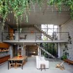 บ้านสองชั้นสไตล์ล็อฟท์ โชว์โครงสร้างคอนกรีตชัดเจน ตกแต่งร่มรื่นกับธรรมชาติที่อิงแอบ