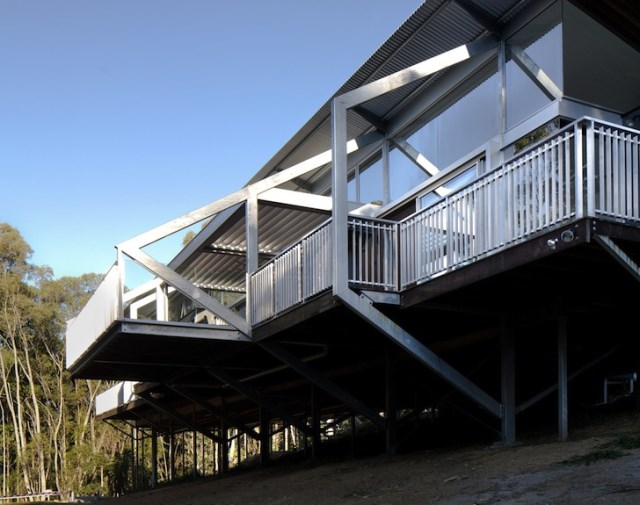 eco modern house on steel stilts (6)