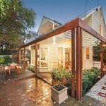 แบบบ้านในสวน มีทางเดินร่มรื่นรอบบ้าน ภายในโปร่งโล่ง โทนสีนุ่มนวล บรรยากาศอ่อนโยน