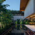 บ้านวิลล่าขนาดใหญ่ ออกแบบให้มีความโปร่งโล่ง ผสมงานไม้ และเอาธรรมชาติเข้ามาอยู่ร่วมกับการใช้ชีวิต