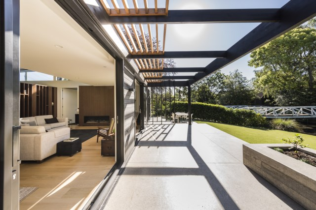modern house with tropical gardens (1)