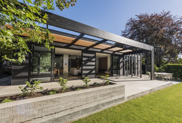modern house with tropical gardens (10)