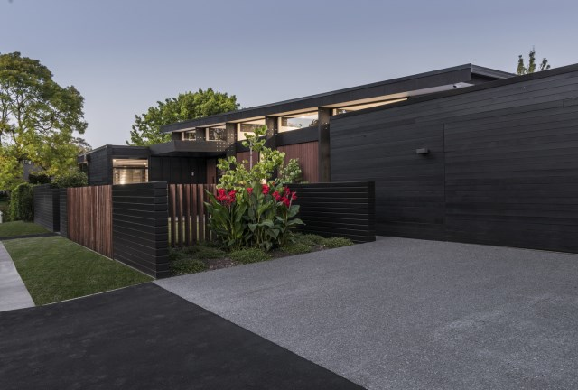 modern house with tropical gardens (8)