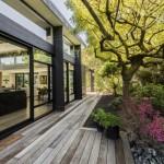 บ้านโมเดิร์นขนาดกลาง โดดเด่นด้วยรูปทรงและวัสดุทันสมัย ท่ามกลางสวนหย่อมร่มรื่น