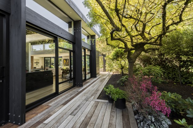 modern house with tropical gardens (9)