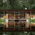 บ้านตากอากาศริมแม่น้ำ ออกแบบสไตล์โมเดิร์นเคบิน เว้นจังหวะของรูปทรง จากงานไม้และกระจก