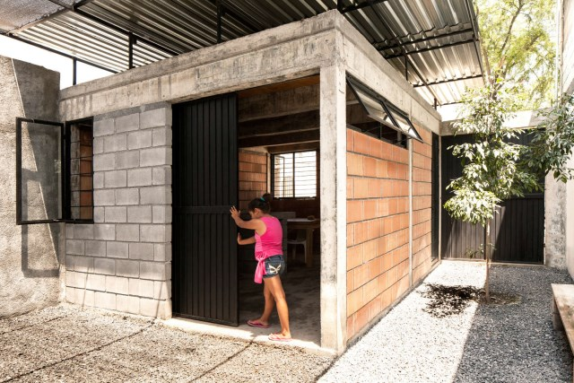 small Modern house Decorated with cement and bricks (15)