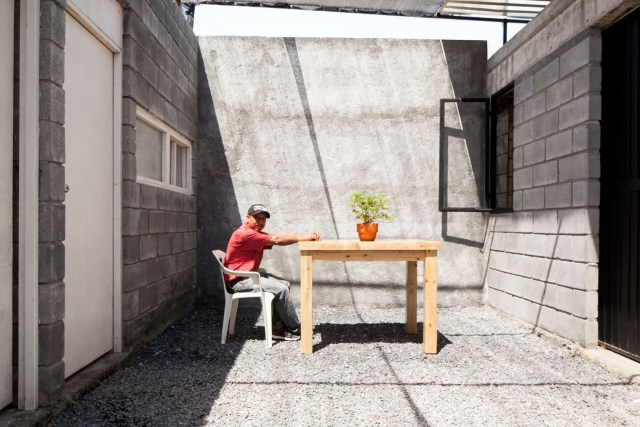 small Modern house Decorated with cement and bricks (9)