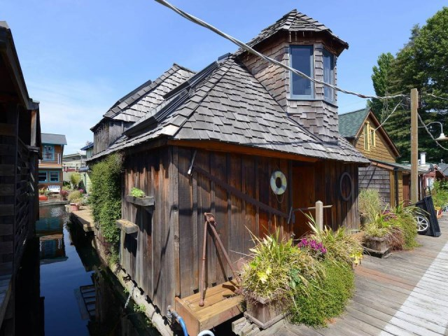 the-hobbit-houseboat (4)