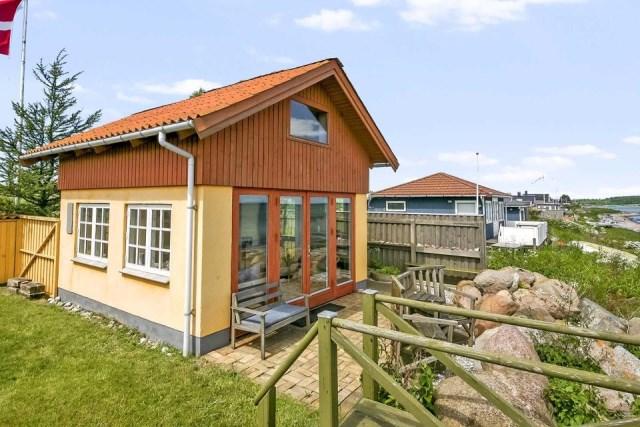 tiny-beachfront-cottage (12)