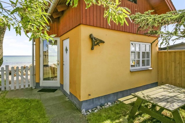 tiny-beachfront-cottage (14)