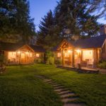 บ้านสวนสไตล์คอทเทจ ขนาดเล็ก ตกแต่งด้วยไม้ พร้อมลานโล่งริมเชิงป่า ร่มรื่นตลอดวัน