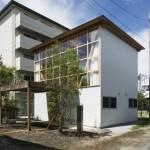 บ้านสองชั้นขนาดเล็ก ออกแบบร่วมสมัย ตกแต่งด้วยไม้และกระจกแบบมินิมอล