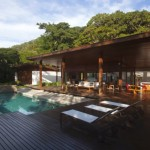 บ้านสวนตากอากาศ ออกแบบด้วยไม้และกระจก มาพร้อมสวนป่า และสระว่ายน้ำขนาดเล็ก
