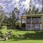 บ้านตากอากาศสไตล์โมเดิร์น รูปทรงกล่อง วัสดุจากไม้และกระจก กับบรรยากาศสุดผ่อนคลาย