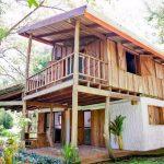 บ้านครึ่งปูนครึ่งไม้สไตล์ชนบท หลังคาทรงปีกนก เรียบง่าย ดั้งเดิม และอบอุ่น