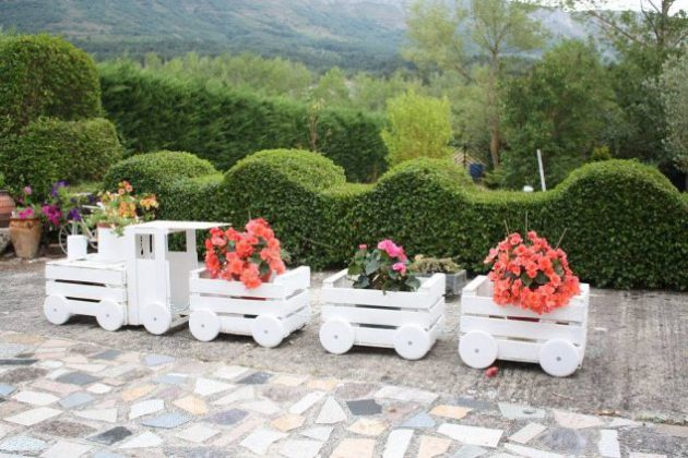 23-interesting-diy-garden-decorations-that-anyone-can-do (9)