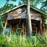 บ้านกระท่อมขนาดเล็กกะทัดรัด มาพร้อมชั้นลอยภายใน เฉลียงภายนอก ตกแต่งด้วยไม้ทั้งหลัง กับบรรยากาศแบบสวนป่า