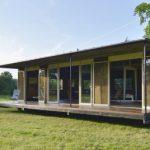 บ้านโมเดิร์นเคบิน ขนาดเล็กกะทัดรัด โครงสร้างเหล็ก ตกแต่งด้วยไม้ ไอเดียที่เหมาะกับทำเป็นออฟฟิศ