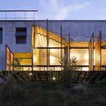 บ้านโมเดิร์นปูนเปลือย ออกแบบโปร่งโล่ง ทันสมัย อยู่กับธรรมชาติแบบบ้านตากอากาศ