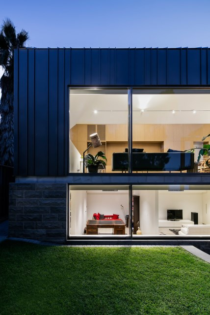 Modern home With outdoor relaxation area (10)