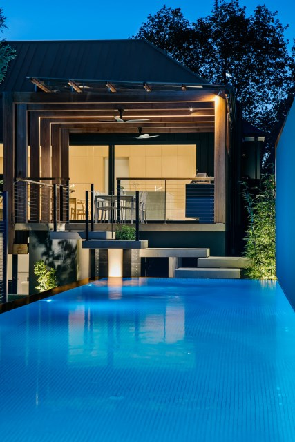 Modern home With outdoor relaxation area (11)