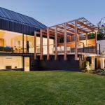 บ้านโมเดิร์นขนาดกลาง มาพร้อมพื้นที่พักผ่อนกลางแจ้ง ตกแต่งด้วยไม้ กระจก และเมทัลชีท