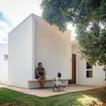 บ้านโมเดิร์นรูปทรงกล่อง ตกแต่งน้อยๆ แบบมินิมอล มาพร้อมสวนหย่อมร่มรื่นรอบบ้าน