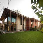 บ้านโมเดิร์นขนาดใหญ่ ตกแต่งด้วยไม้ พร้อมพื้นที่พักผ่อนรอบบ้าน อิงแอบธรรมชาติ