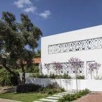 บ้านโมเดิร์นโทนสีขาว สวยงามด้วยรูปทรง โดดเด่นด้วยผนัง และการนำเอาธรรมชาติเข้า  มาตกแต่ง