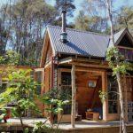 บ้านกระท่อมขนาดเล็ก 1 ห้องนอน พร้อมชั้นลอย ท่ามกลางสวนป่าร่มรื่น