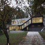 บ้านสองชั้นสไตล์โมเดิร์น รูปทรงกล่อง สีทูโทน พักผ่อนแบบสงบเงียบแบบบ้านตากอากาศ