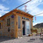 บ้านเคบินขนาดเล็ก 1 ห้องนอน 1 ห้องน้ำ วัสดุรีไซเคิลจากขวดแก้วหลากสี เหมาะกับบ้านสวน บ้านตากอากาศ