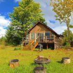กระท่อมไม้ยกพื้นสูง ขนาดเล็กกะทัดรัด ท่ามกลางสวยป่า รองรับการพักผ่อนแบบบ้านสวน