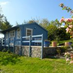 บ้านคอทเทจขนาดเล็ก โทนสีฟ้าพาสเทล มากับบรรยากาศแบบบ้านสวน บนเชิงเขาร่มรื่น