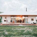 บ้านคอทเทจสมัยใหม่ ออกแบบโทนสีสบายตา บิวท์อินด้วยงานไม้ สวยงามทั้งหลัง