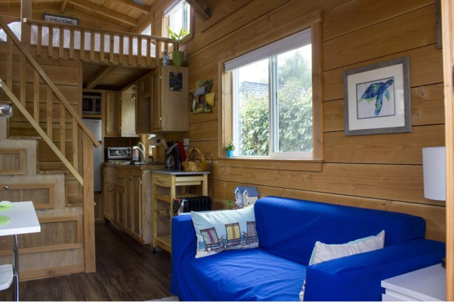 small cottage House Designed with balcony (2)
