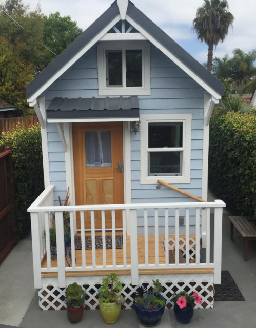 small cottage House Designed with balcony (6)