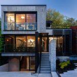 บ้านสามชั้นสไตล์โมเดิร์นลอฟท์ ตกแต่งด้วยปูนเปลือย เหล็ก และกระจก ดิบๆ อาร์ตๆ สะท้อนรสนิยมสมัยใหม่
